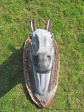 zahradní dekorace z polyesteru koňská hlava na podstavci A80 welt