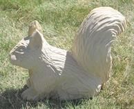 zahradní pískovcová dekorace z kamene veverka skladem