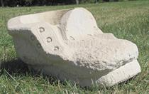 zahradní pískovcová dekorace z kamene bota kulata skladem