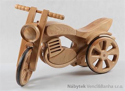 dětská dřevěná hračka motorka tříkolka přírodní elm