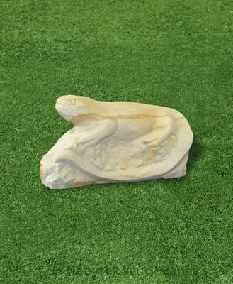 pískovcová zahradní dekorace ještěr na skále