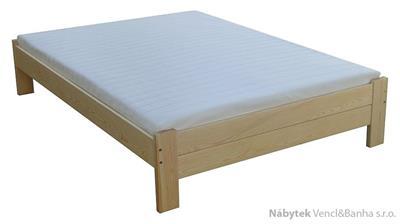 dřevěná dvojlůžková postel z masivního dřeva Awinion chalup